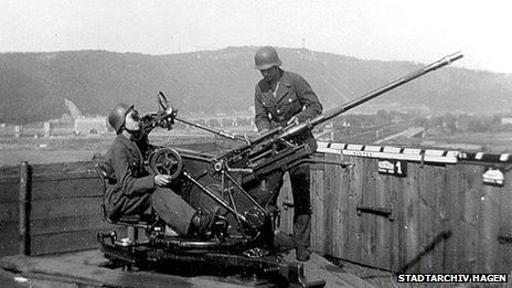 Teenage auxiliary gun crew - Flakhelfer