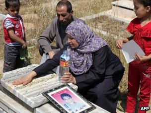 Mohammed al-Dura's family at his grave (20/05/13)