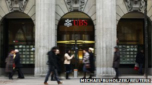People walk in front of a branch of Swiss bank UBS in Zurich (5 February 2013)