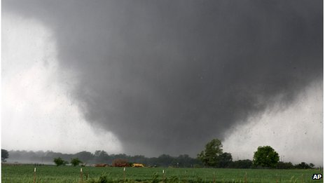 Tornado passing across southern Oklahoma City, 20 May 2013