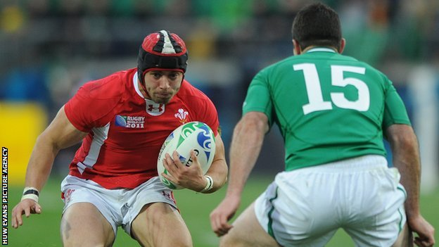 Leigh Halfpenny takes on Rob Kearney