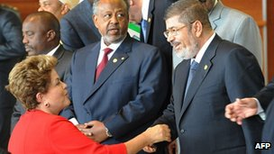 Brazilian President Dilma Rousseff (L) greets Egyptian counterpart Mohammed Morsi (R) at the AU summit
