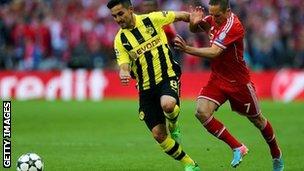 Ilkay Gundogan of Borussia Dortmund (left) tries to elude Bayern Munich's Franck Ribery