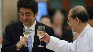 Japanese Prime Minister Shinzo Abe (L) and Burmese President Thein Sein toast after talks in Naypyitaw, 26 May 2013.