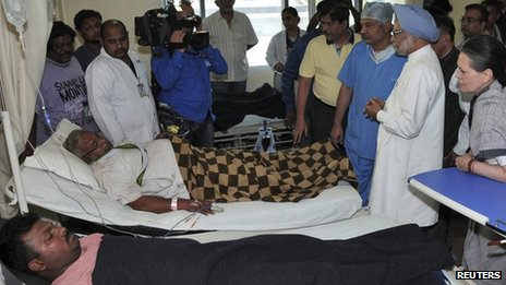 Sonia Gandhi (R) and PM Manmohan Singh in a hospital in Raipur (May 26 2013)