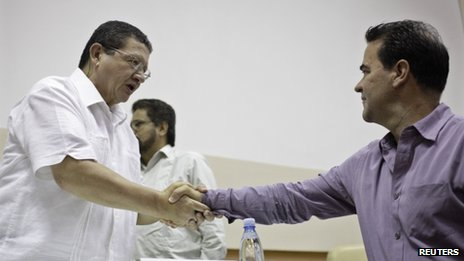 Pablo Catatumbo (l) and Frank Pearl shake hands in Havana on 26 May 2013