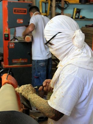 Inmates, members of the Mara Salvatrucha gang, work at the carpenter's workshop of the prison of San Pedro Sula (28/05/2013)