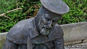 Statue of William Tyndale in Bristol