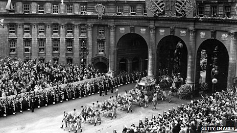 The coronation procession passing through Admiralty Arch