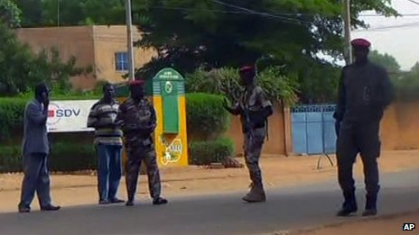 Nigerien soldiers outside the prison in Niamey attacked by gunmen (1 June 2013)