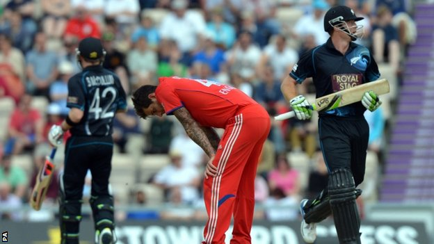 "England""s Jade Dernbach (centre) reacts as New Zealand""s Brendon McCullum (left) and Martin Guptill (right) put runs on the board"