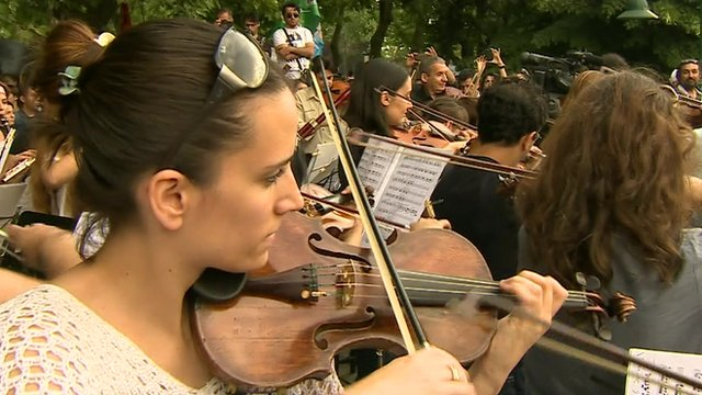 Turkey protesters playing violin