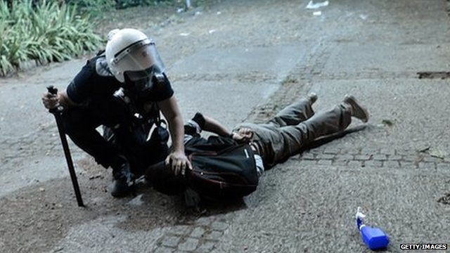 Policeman detains a demonstrator in Istanbul (4 June 2013)