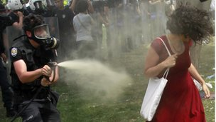 Policeman uses tear gas a against woman in Istanbul (4 June 2013)