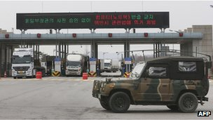 South Korean vehicles returning from Kaesong Industrial Complex 28 March 2013
