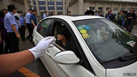 Liu Xia, sister of Liu Hui, is driven away from the court. 9 June 2013