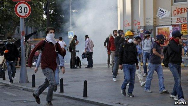 Protesters flee Taksim Square 11/6/13