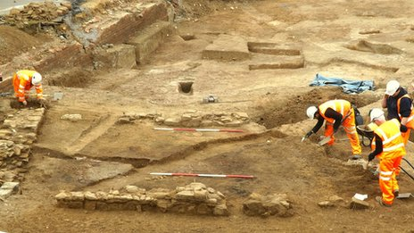 Workers at Northampton Castle dig