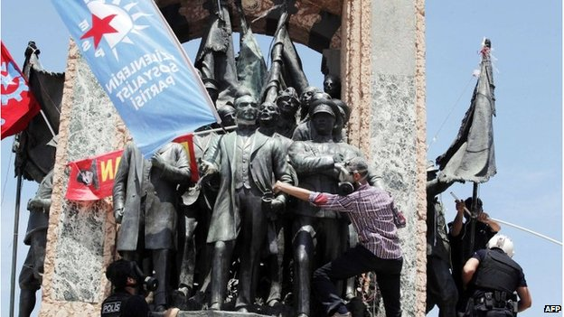 Police remove banners from Taksim monument, 11 June 2013
