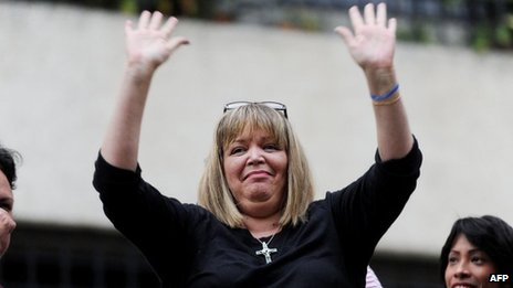 Maria Lourdes Afiuni waves outside her home in Caracas (14 June 2013)