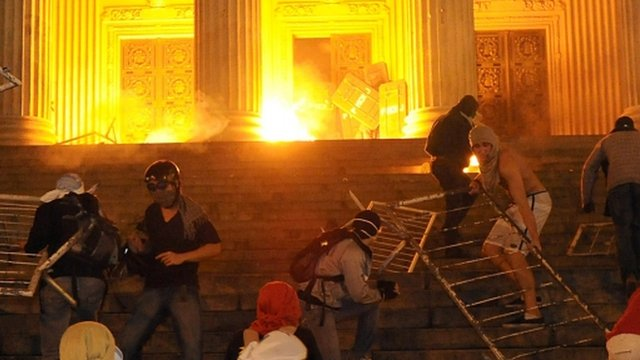 Demonstrators attempt to take the Tiradentes Palace