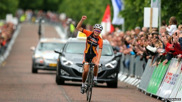 Lizzie Armitstead celebrates winning the 2013 National Women's Road Race Championships