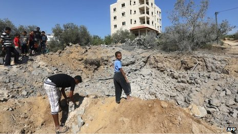 Palestinian youths at site of Israeli air strike in central Gaza Strip (24/06/13)