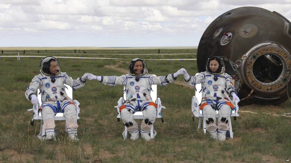 In pictures: Chinese astronauts return - BBC News