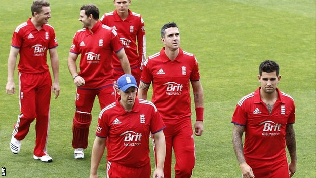 Kevin Pietersen (centre) returns to the England team