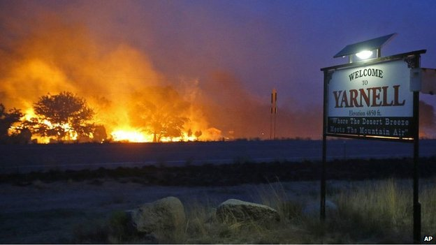 Wildfire burns next to the welcome sign of Yarnell (30 June 2013)