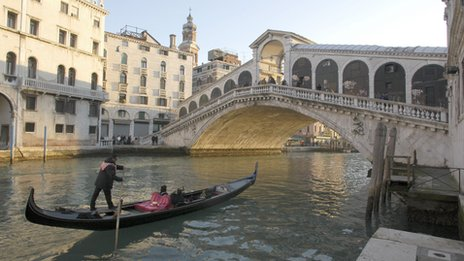 A gondolier by the Rialto Bridge, Venice (2005)