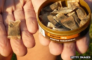 Someone holding some snus