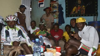 10 young riders watch the Tour in David Kinjah's house