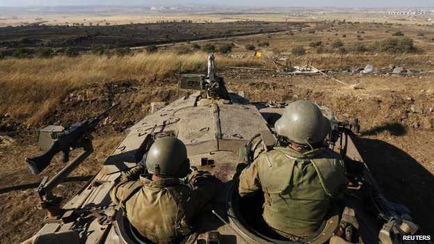 Israeli soldiers in a tank near the Syrian border (10 July 2013)