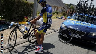Alberto Contador getting his back wheel changed
