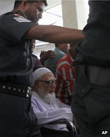 Former Jamaat-e-Islami party leader Ghulam Azam escorted to Dhaka court on 15 July 2013