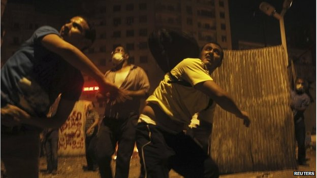 Protesters throw stones on 6 October bridge in Cairo (15 July 2013)