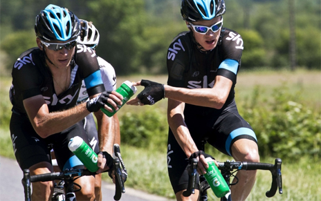 Kanstantsin Siutsou gives a water bottle to teammate Chris Froome
