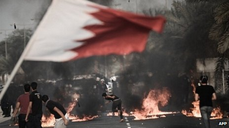 Rioters waving Bahrain flag confront police (file photo)