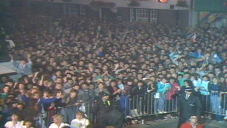 Crowds at 1987 Anglesey election count