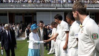 The Queen meets the Australia team before play