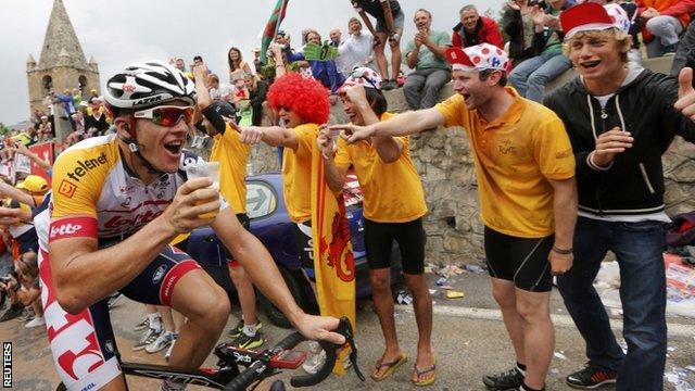 Australia's Adam Hansen climbs Alpe d'Huez