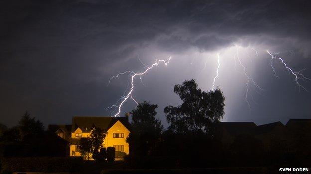 http://news.bbcimg.co.uk/media/images/68896000/jpg/_68896850_greataddingtonlightening16x9%282013-07-23%29.jpg