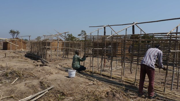 People building wooden shelters in Pweto for those displaced by Mai Mai Katanga
