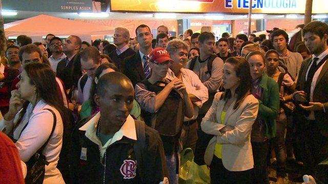 Crowds waiting for Rio's metro system to restart