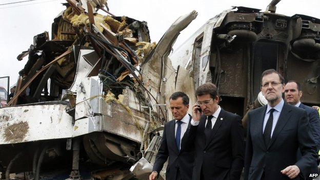"Spain""s Prime Minister Mariano Rajoy (right) tours the wreckage of a train crash near Santiago de Compostela on 25 July 2013"