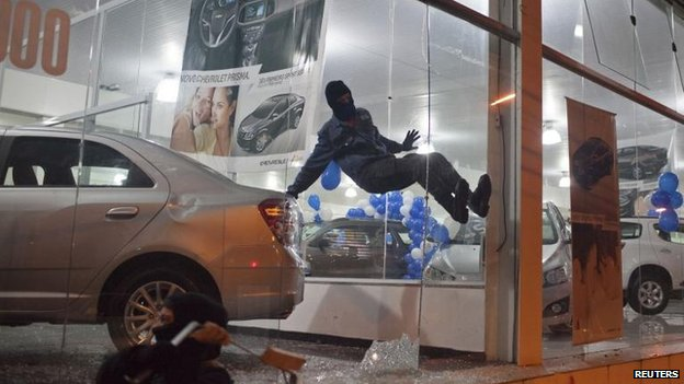 Demonstrator attacks car dealership in Sao Paulo (26 July)