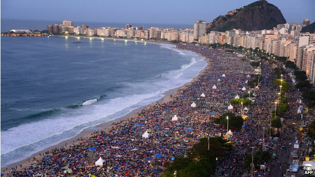 Crowds on Copacabana beach (27 July 2013)