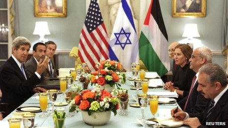US Secretary of State John Kerry (L) hosts an Iftar dinner for Israeli Justice Minister Tzipi Livni (3rd R) and Palestinian chief negotiator Saeb Erekat (2nd R) at the State Department in Washington