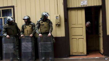 Police outside trial of Mapuche Indian leaders in Collipulli, Chile, Feb 12 2013